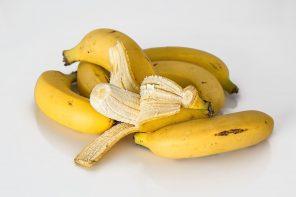 Wyrzucasz skórki bananów? Natychmiast przestań i sprawdź, jak je wykorzystać!